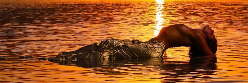 Русалка на закате солнца.